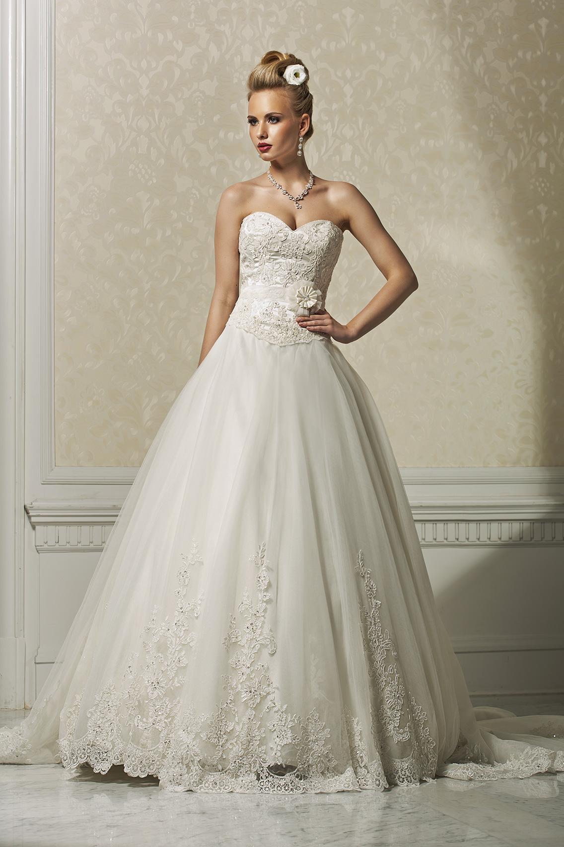 f946c188d7d5 lalla- abito da sposa modello principessa con con corpetto aderente  ricamato con strass pizzo e perline e gonna vaporosa