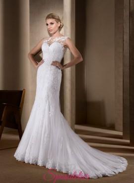 abito da sposa con silhouette a sirena  con schiena ricamata in pizzo tendenze 2017