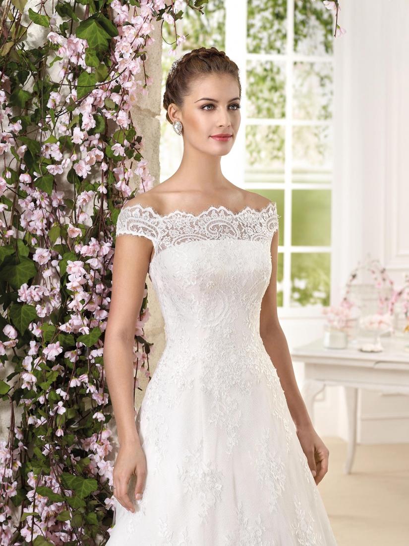 8dfc460bbc65 ester- vestito da sposa principessa online in e organza e con lavorazioni  in pizzo scollo a barca e maniche corte