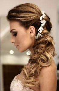Acconciatura-sposa-semi-raccolta-con-capelli-lunghi-mossi