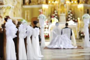 come-decorare-i-banchi-della-chiesa-per-un-matrimonio_94da7183814e1360a4adfb8419f63e0b
