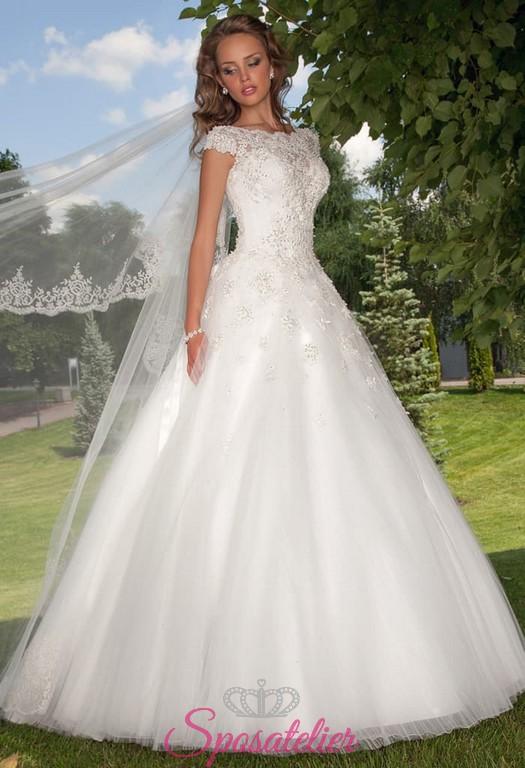 e8a260a6b0a2 abito da sposa corpetto ricamato con scollo tondo schiena con strascico
