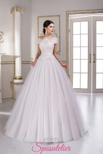 abiti da sposa colorato avorio con gonna ampia e strascico