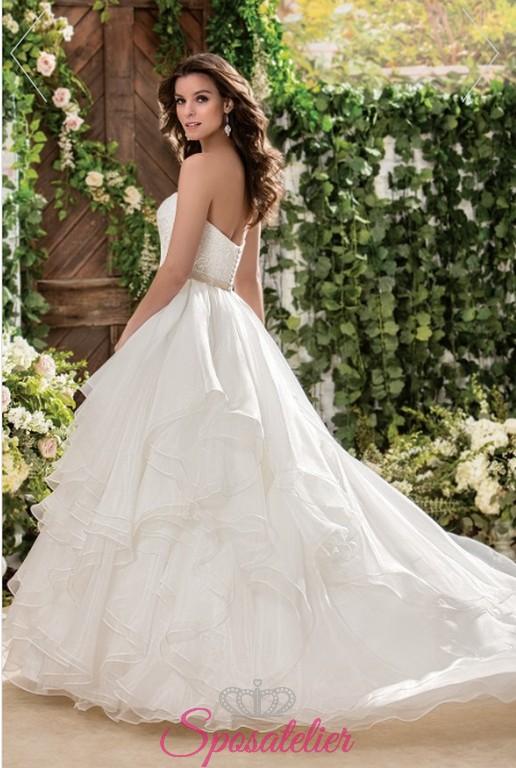 d67957752cd0 vestito da sposa bianco con balze nuova collezione 2018Sposatelier