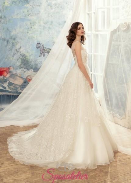 abiti da sposa con ricami di pizzo e punti luce su misura sartoria online