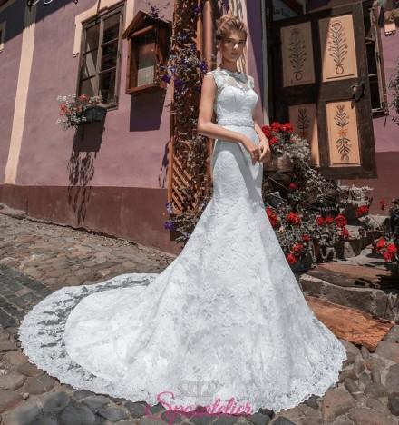 abiti da sposa a sirena con strascico lungo ricamato di pizzo
