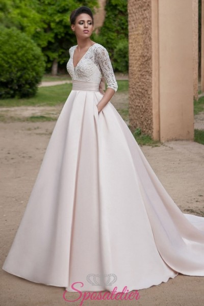 abiti da sposa principesco con gonna in raso colorata e corpetto avorio