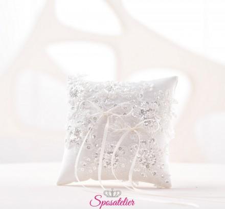 cuscino portafedi con punti luce e inseriti di pizzo colore bianco o avorio