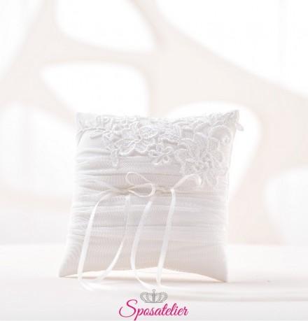 cuscino portafedi elegante con ricamo di pizzo colore avorio