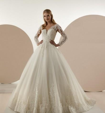 abito da sposa italiani modello principesco con maniche ricamate  nuova collezione 2019