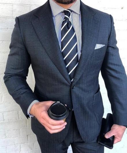 cravatta elegante a righe