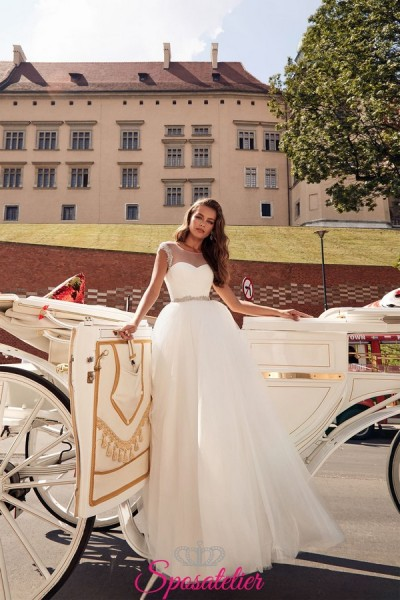 abito da sposa con gonna di tulle e cintura con strass collezione 2019