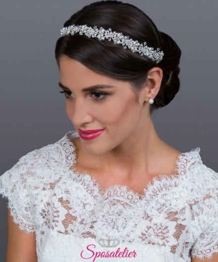 Classica acconciatura da sposa con brillantini strass trasparenti e perle color avorio