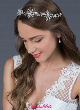 acconciatura da sposa vintage in colore argento con design di fiori, perle e cristalli