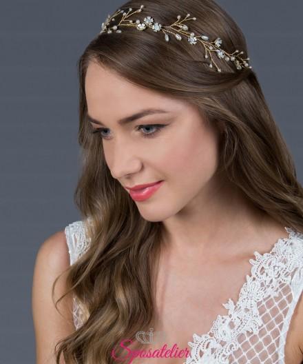 acconciatura da sposa moderna color  oro, caratterizzata da strass trasparenti lucenti,