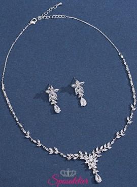 collana e orecchini sposa con pendenti decorati con cristalli economici online
