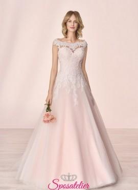 abiti da sposa con scollo a cuore e ricami di pizzo collezione 2020